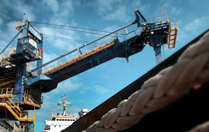 Shiploader di Bedeschi che sta caricando una nave cargo. Tale macchine è stata portata in VR mediante la piattaforma Regiverse.
