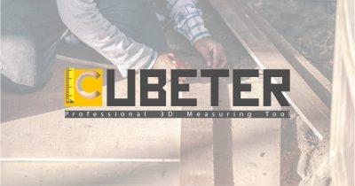 Logo Cubeter con in sottofondo una persona che prende le misure