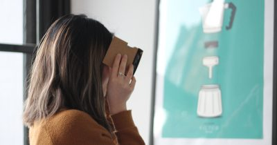 Ragazza con visore di Virtual Reality Cardboard