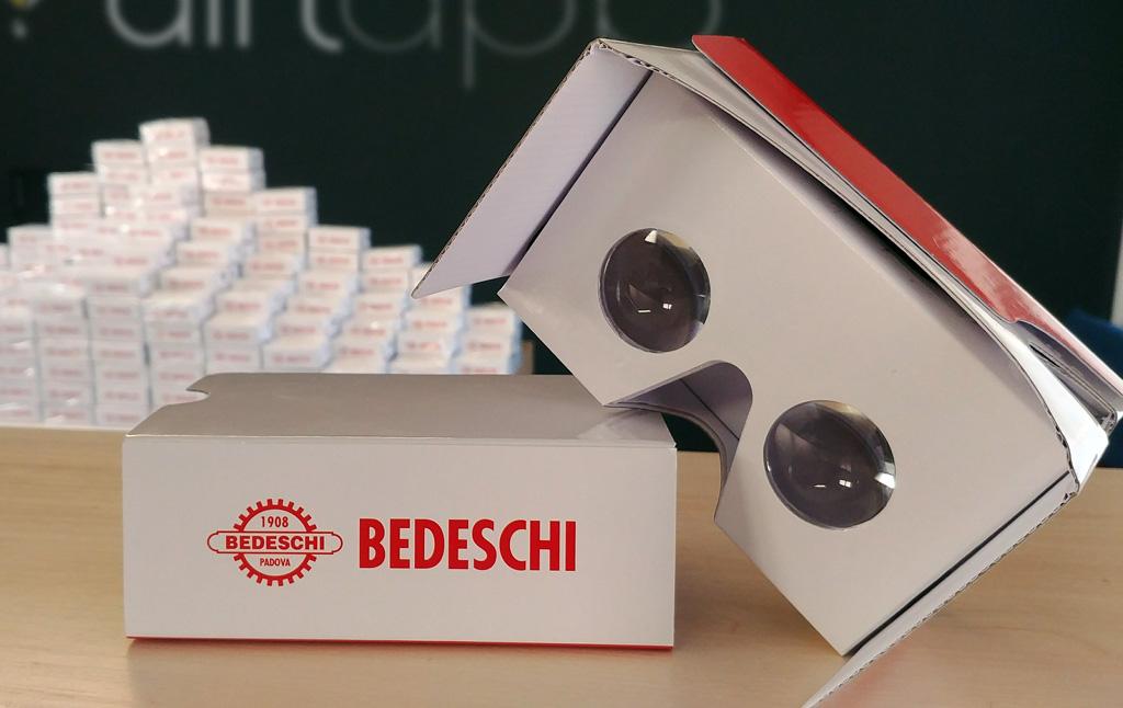 Visori VR in cartone su cui inserie lo smartphone con il logo Bedeschi forniti da Airlapp per la piattaforma VR Regiverse