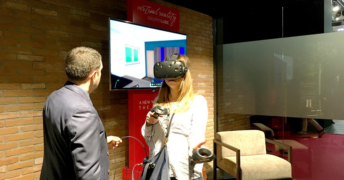 Clienti provano la realtà virtuale con htc vive al salone del mobile 2018