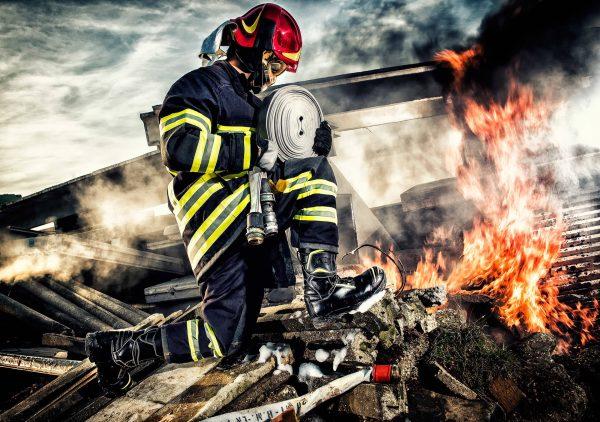 Vigile del fuoco che opera con un casco di sicurezza SICOR